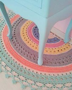 Beautiful crochet rug by Marcia Sartori - Pastel Rugs - Ideas of Pastel Rugs - Beautiful crochet rug by Marcia Sartori Crochet Diy, Crochet Amigurumi, Love Crochet, Crochet Gifts, Crochet Doilies, Crochet Stitches, Crochet Patterns, Beautiful Crochet, Crochet Rugs