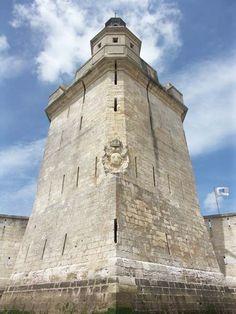 Telle  une vigie plantée dans la mer, le fort Louvois, également appelé fort du Chapus, surveille le coureau d'Oléron depuis 3 siècles. Il garantissait au sud la sécurité de l'estuaire de la Charente et, par-delà, celle de l'arsenal royal de Rochefort 17560 Bourcefranc le Chapus