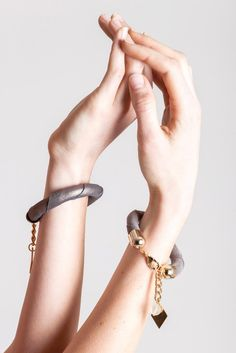 14 edition of the handcuff bracelet is made of leather in copper color with galvanized metal components. Galvanized Metal, Copper Color, Bracelet Designs, Statement Jewelry, Handmade Bracelets, Bracelet Making, Bangles, Chain, Gold