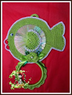 Billedresultat for eliene artesanato Crochet Kitchen, Crochet Home, Crochet Crafts, Crochet Doilies, Crochet Flowers, Crochet Projects, Cd Crafts, Yarn Crafts, Diy And Crafts