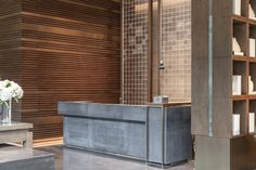 [First Release] Jiayi Hotel Xiamen · Curio Collection by Hilton officially opened today Xiamen, Wooden Wall Design, Reception Desk Design, Reception Table, Wooden Table And Chairs, Glass Brick, Build A Wall, Counter Design, Hotel California