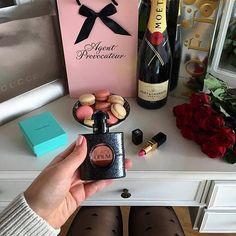 VALENTINES DAY ESSENTIALS ❤️✨ Guten Abend ihr Lieben 😍 In zwei Tagen ist ja schon Valentinstag 🌹🍾🙀 Mögt ihr Valentinstag gerne oder eher nicht so ? Ich mag den Tag iwie total gerne obwohl ich weiß, dass er eigentlich ziemlich sinnlos ist 💏🙈 Perfekt für den Valentinstag sind auf jeden Fall mein neues Parfum und mein neuer Lippenstift von @feelunique 💄💋 Dort findet ihr auch viele weitere tolle Produkte - den Code INSTAFUN könnt ihr auch nutzen um etwas zu sparen 💝 Ich bestelle mir…