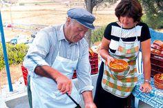 Το πατατάτο είναι το πιο κλασικό έδεσμα  στα αμοργιανά πανηγύρια.