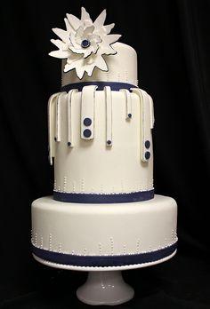 Tim Modern Wedding Cake med by Amanda Oakleaf Cakes, via Flickr