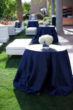 Mesa redonda y mantel azul marino