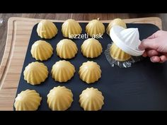 In this video, we tell you how to make apple cookies. Apple Cookies, Cake Cookies, Easy Desserts, Dessert Recipes, Cartoon Cookie, Gateaux Cake, Puff Pastry Recipes, Star Food, Cookie Time