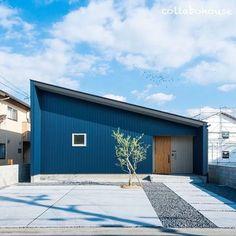 ▽ 今日、松山では桜の開花宣言がありました。 お出かけの季節到来です^ ^ #片流れ屋根 #ガルバリウム #ブルー #外観 #新築 #マイホーム #注文住宅 #設計士と直接話せる #設計士とつくる家 #コラボハウス #インテリア #愛媛 #香川 Dark Blue Houses, Navy Houses, Tin House, House Roof, Apartment Therapy, One Story Homes, Minimal Home, Japanese House, Story House