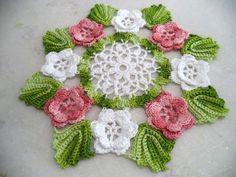 Centrinho de mesa flores e folhas,confeccionado em linha de algodão,nas cores branco,rosa mescla e verde claro mescla,  -pode ser feito nas cores de sua preferência,  -diâmetro:0,28m