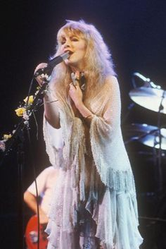 Stevie onstage with Fleetwood Mac, singing passionately and looking gorgeous and ohh so feminine in soft glittery white ♥☆♥❤♥☆♥ Buckingham Nicks, Lindsey Buckingham, Stevie Nicks Fleetwood Mac, Stevie Nicks Witch, Stephanie Lynn, Young And Beautiful, Beautiful Soul, Simply Beautiful, Beautiful Things