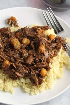 Dig into some delicious Apricot Lamb Tagine for dinner, with fall-apart tender meat and a tasty blend of savory, sweet and spice. Lamb Tagine Recipe, Tagine Recipes, Lamb Recipes, Meat Recipes, Healthy Recipes, Savoury Recipes, Lamb Tagine With Apricots, Healthy One Pot Meals, Jucing Recipes