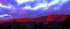 O Sol colorindo o cume das montanhas em vermelho fim de tarde