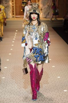 Dolce & Gabbana Fall 2018 Ready-to-Wear Fashion Show Collection: See the complete Dolce & Gabbana Fall 2018 Ready-to-Wear collection. Look 76 Pop Art Fashion, Vogue Fashion, Runway Fashion, Womens Fashion, Fashion Design, Dolce & Gabbana, Dolce And Gabbana Handbags, Mode Unique, Estilo Cool