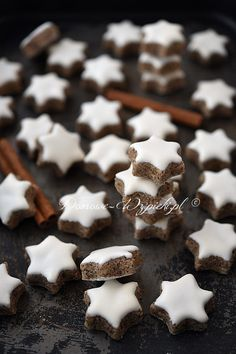 Cinnamon stars - recipe- Zimtsterne – Rezept A classic cookie for Christmas. The cookies are baked without flour, but only with almonds, powdered sugar, protein and cinnamon. Dessert Dishes, Dessert Drinks, Cookie Desserts, Brownie Recipes, Cake Recipes, Dessert Recipes, Christmas Dishes, Christmas Baking, Cinnamon Stars Recipe