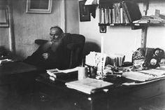 Tolstòj, in uno squallido giorno della sua vecchiaia, dopo che da anni aveva smesso di scrivere romanzi, prese un libro a caso, a caso cominciò a leggerlo e s'accorse di trarne un grande piacere; poi guardò il titolo - e vide: Anna Karénina di Lev Tolstòj.     — Nabokov in Lezioni di letteratura russa.