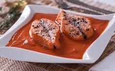 Sopa de tomate com filé de salmão.