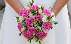 Roze bruidsboeket met rozen, lysianthus en freesia