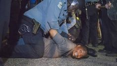 'Blue Lives Matter' Bill in Louisiana Makes Resisting Arrest a Hate Crime   A police officer arrests a protester outside Ferguson, Missouri.   Foto: Reuters