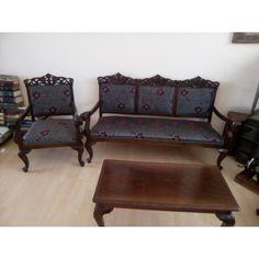 Σαλόνι πλήρες  Βαράγκη με ένα καναπέ 2 πολυθρόνες και ένα τραπεζάκι με νέα ταπετσαρία κλασική.