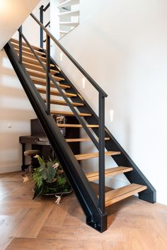 Interior Stair Railing, Staircase Handrail, Balcony Railing Design, Exterior Stairs, Staircase Design Modern, Modern Stairs, Staircase Outdoor, Wrought Iron Stairs, Industrial Stairs