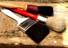 El tamaño de la brocha, el tipo de cerda y su forma dependen del mueble y la pintura que utilices.