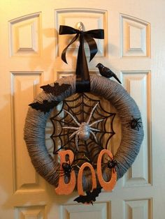 Halloween is getting closer. Are you ready for Halloween decorations? If not, look at the DIY Halloween wreath project I prepared for you today. If you want to find some fun and economical Halloween decorations for your home. These DIY Halloween wrea Halloween Yarn Wreath, Halloween Door Decorations, Halloween Crafts, Halloween Camping, Halloween Headband, Halloween Design, Halloween Stuff, Halloween Costumes, Manualidades Halloween