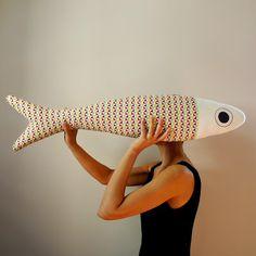 cou.cou.ja - decorazione da parete fish pillow in tessuto giapponese - dimensione 90 cm Granny Gifts, Sewing Crafts, Sewing Projects, Fabric Fish, Fish Pillow, Big Pillows, Fabric Animals, Fabric Dolls, Handmade Wooden