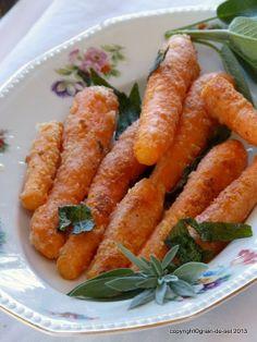 Karottenknabberei mit Parmesankruste und Salbei  8 Möhren Salz, Pfeffer 50g Mehl 30g frisch geriebener Parmesan 4 EL Olivenöl 4 große oder 8 kleine Blätter frischer Salbei