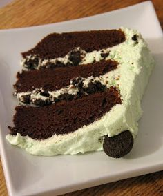 Grasshopper Oreo Cake – moist chocolate cake meets minty, fluffy buttercream wit… Grasshopper Oreo Cake – moist chocolate cake meets minty, fluffy buttercream with oreos thrown in for good measure! Mint Recipes, Cake Recipes, Dessert Recipes, Yummy Treats, Delicious Desserts, Cakes Today, Mint Chocolate, Chocolate Cake, Oreo Cake