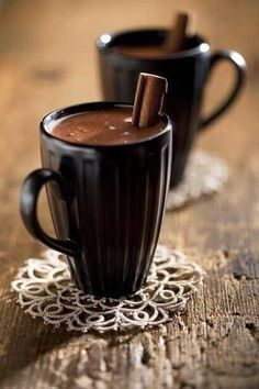 ♀ and hot chocolate in some cold winter morning (Food drink photography) Chocolate Cafe, Mexican Hot Chocolate, Hot Chocolate Mix, Hot Chocolate Recipes, Chocolate Lovers, Spanish Chocolate, Chocolate Brown, I Love Coffee, Sweet Coffee