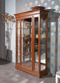 "All your decorative small little things, or as it used to be, your glassware and precious porcelain find the perfect place to be admired and adored. The ""Verdi"" china cabinet by Selva Timeless line, with interior lighting and back in crystal mirror, is available in 6 different finishes.   #selva #selvafurniture #selvamöbel #selvatimeless #italianfurniture #classicitalianfurniture #classicfurniture #klassischemöbel #contemporaryfurniture #möbelmitstil #highqualityfurniture…"