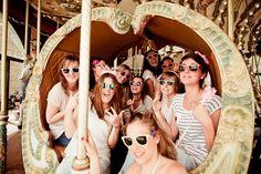 La future mariée entourée de ses témoins - EVJF sur la plage St Malo - Crédit Photo: Pimprunelle Photography - La Fiancée du Panda blog Mariage et Lifestyle