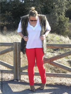 Jeans Rojo Violeta By Mango & Chaleco Furry. .LOOKS CASUALS. www.loslooksdemiarmario.com. #loslooksdemiarmario #winter #outfitcurvy #invierno #look #lookcasual #lookschic #tallagrande #curvy #plussize #curve #fashion #blogger #madrid #bloggercurvy #personalshopper #curvygirl #primark #lookinvierno #lookjeans #violetabymango #chaleco #furry #jeanrojo #redjean #rojo #marronyrojo