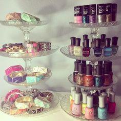 Con algunas copas y platos de vidrios, podrás armar un hermoso mostrador para tus prendas, pinturas de uñas y ¿Por qué no? hasta para ponquesitos