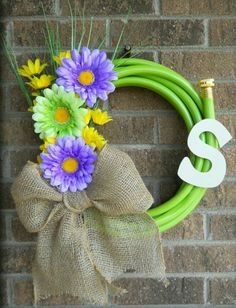 Water Garden Hose Wreath with flowers by MitchellMommyCrafts Wreath Crafts, Diy Wreath, Burlap Wreath, Cute Crafts, Crafts To Do, Diy Crafts, Garden Hose Wreath, Deco Wreaths, Summer Wreath