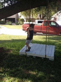 pallet and rope swing for 4 - 25 Playful DIY Backyard Projects To Surprise Your Kids Backyard Projects, Diy Pallet Projects, Outdoor Projects, Pallet Ideas, Outdoor Zelt, Palette Deco, Diy Palette, Pallet Bench, Pallet Swings