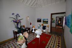 Detalle exposición UN RINCÓN PARA JANE. Del sábado 19 al sábado 26 de abril de 2014. C/Real 21 de Los Llanos de Aridane (San Miguel de La Palma). Sombreros de ROSY CABRERA y cuadros de MERCEDES LORENZO.