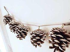 Confectionner$z une jolie guirlande de Noël pour les fêtes en utilisant simplement des pommes de pins, bombez-les de neige artificielle et le tour est jouée ! Idéal pour décorer votre sapin ou votre table de Noël.