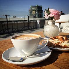 Über den Dächern der Maxvorstadt schmeckt der Cappuccino gleich noch besser. Wir wünschen euch schon mal ein schönes Wochenende!  #vorhoelzer #vorhoelzerforum #TUM #maxvorstadt #coffeetime #munich #münchen