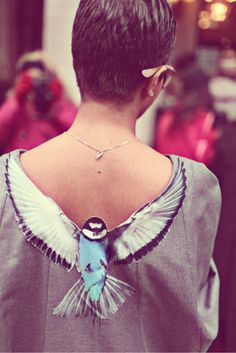 Love this!  I want to try this on the front of my scoop neck.  Grosgrain: DIY Applique Bird Back