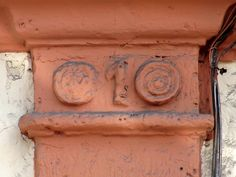 Cacería Tipográfica N° 144: Primera de una serie de cuatro fotografía. En la primera columna de la fachada de esta casona en la calle Santa Marta, en Arequipa, aparece el número 1.