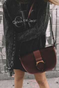 calvin_klein_bag-burgundy_bag-ck_sweatshirt-leather_shirt-total_black_outfit-street_style-los_angeles-collage_vintage-47