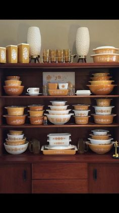 Gorgeous Pyrex collection and display! Lots of Butterfly Gold and the Pumpkin Butterprint set. Pyrex Vintage, Vintage Kitchenware, Vintage Dishes, Vintage Glassware, Kitchen Jars, Kitchen Display, Kitchen Ideas, Kitchen Decor, Plywood Furniture