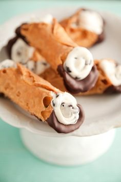 This easy chocolate dipped cannoli recipe from Paula Deen is an Italian dessert perfect for Valentine's Day. Ingredients include amaretto, melted chocolate and ricotta cheese. Prep time is about 15 minutes and cooking time is about 2 minutes. Italian Desserts, Just Desserts, Delicious Desserts, Dessert Recipes, Yummy Food, Italian Recipes, Cupcakes, Chocolate Dipped, Melted Chocolate