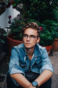 teneightyukYou can find Joe sugg and more on our website. Joe And Zoe Sugg, Joseph Sugg, Buttercream Squad, Sugg Life, Jack Maynard, Famous Youtubers, British Youtubers, Teen Boy Fashion, Ricky Dillon