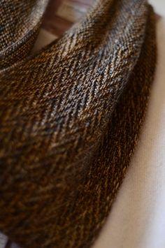Smooth Edge, herringbone cowl pattern by Veera Välimäki.