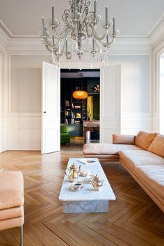 Salon avec ornements réaménagé dans appartement haussmannien à Bordeaux par l'architecte d'intérieur Daphné Serrado