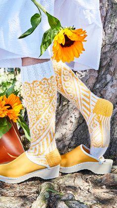 Kääty-villasukat – Mia Sumellin ohje | Meillä kotona Clogs, Kitenge, Skirt Outfits, Knitting Socks, Leg Warmers, Handicraft, Mittens, Knit Crochet, Winter Fashion