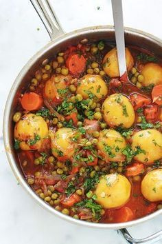 A simple and tasty dish: peas, carrots and potatoes … - Easy Food Recipes Healthy Dinner Recipes, Vegetarian Recipes, Cooking Recipes, Batch Cooking, Healthy Dinners, Plat Simple, Carrots And Potatoes, Yellow Potatoes, Fingerling Potatoes