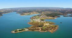 O lago Corumbá, criado para abastecer a Usina Hidrelétrica Corumbá 1, oferece um grande leque de atrações e esportes náuticos. Caldas Novas, Goiás, Brasil.  Fotografia: Náutico Praia Clube.