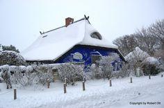 Blaue Scheune in Vitte Hiddensee nach dem Schneesturm 2 Dezember 2010 von Robert Ott